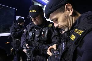 Pořádková jednotka jihočeské policie na noční pátrací akci. Ilustrační foto.