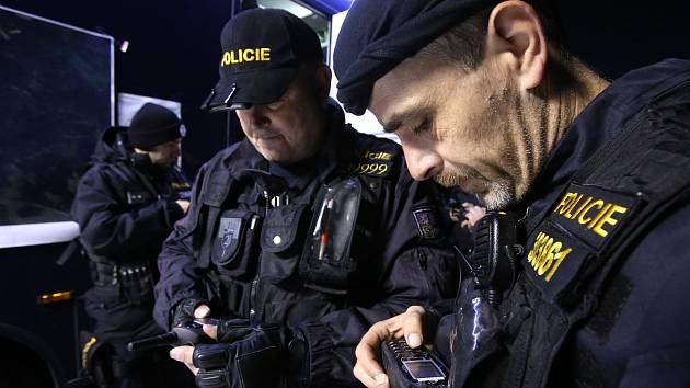 Pořádková jednotka jihočeské policie cvičila ve čtvrtek v noci pátrací akci. Policisté si zkoušeli využití nové technologie p-Track.