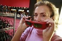 Budějovické multikino má na dosah rekord v návštěvnosti. Pravděpodobně překoná cifru 392 009 diávků z roku 2003. Na snímku manažerka multikina Svatava Kopečková předvádí nové 3D brýle.
