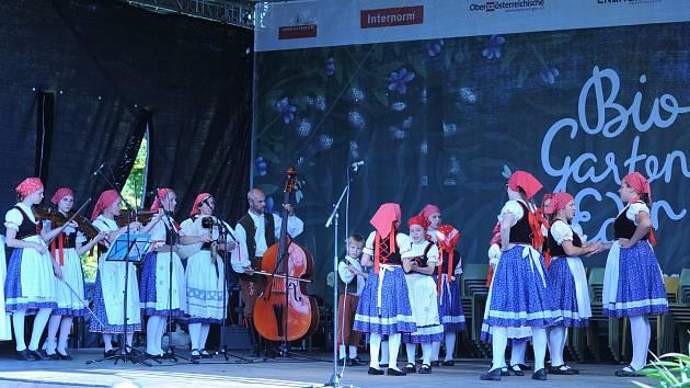 Folklorní soubor Bystřina při svém vystoupení v hornorakouském městě Aigen-Schläg.