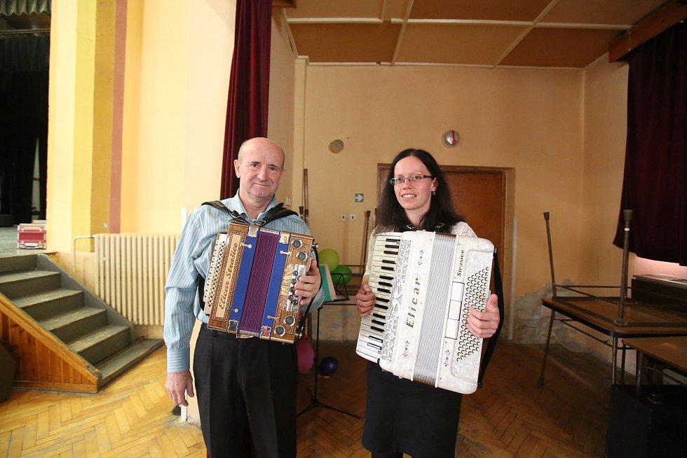 V Dolním Bukovsku strávili místní i přespolní nedělní odpoledne při poslechu heligonek.