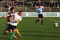 Martin Vyskočil v Karviné dal vítězný gól Dynama (na snímku atakuje Josefa Hoffmanna), trefí se i s Vlašimí?