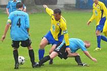 Čkyňský Kuneš (uprostřed) v Dražicích bojuje o míč s Kromkou.