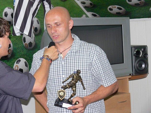 Hrající asistent trenéra Zdeněk Hrdina patří i ve svých dvaatřiceti letech k největším oporám týnské Olympie.