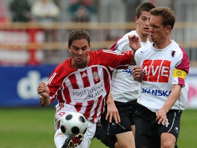 Michal Šmíd (uprostřed) na Žižkově přihlíží souboji Davida Homoláče se Žižkovským Petrem Švancarou.