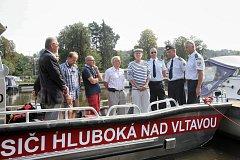 Hlubočtí dobrovolní hasiči převzali nový motorový člun.