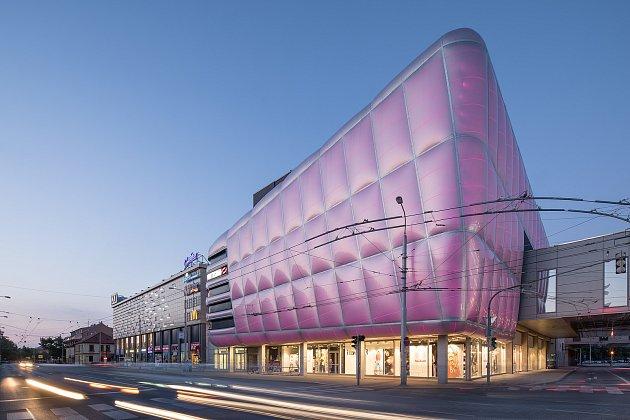 Českobudějovické IGY Centrum oděno do růžové barvy na podporu prevence i boje proti rakovině prsu