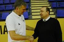 TRENÉŘI VŠ Praha Ivan Beneš a U19 Chance Petr Martínek (vpravo) spolupracují u ženské basketbalové reprezentace. V pátek se sešli při extraligovém utkání.