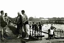 Hosté na sokolské plovárně (1950).
