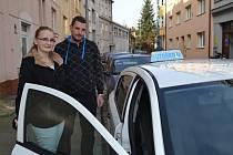 Studuje, ale zároveň se stará i o hromadu sourozenců. Teď jí pomůže i řidičský průkaz. Jejím učitelem bude provozovatel autoškoly Pavel Broukal.