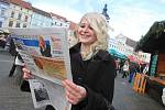 Českobudějovický deník s texty koled mezi návštěvníky vánčních trhů na náměstí Přemysla Otakara II. v Českých Budějovicích