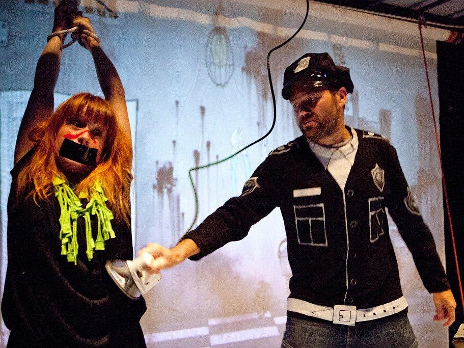 Malé divadlo láká na inscenaci Filmmakeři. Je to vtipná a chytrá parodie na svět filmařů. Na snímku zleva Denisa Posekaná a Jan Hönig.