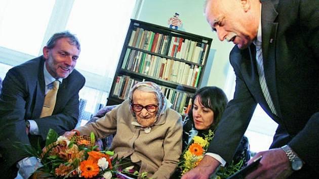S harmonikou si zazpívala nejstarší obyvatelka Česka Marie Kráslová, která v Domově důchodců v Hluboké nad Vltavou oslavila 109. narozeniny.
