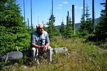 Eduard Hones, rodilý šumavák a dlouholetý starosta Horské Kvildy vzpomíná jak v okolí Březníku a Luzného těžil dřevo, nejdříve s koňmi, pak s pásovým tankem.