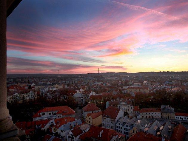 První jarní svítání na ochozou Černé věže, tak jak jej mohli pozorovat 20. března českobudějovičtí na tradiční akci vítání jara pořádané Českobratrskou církví evangelickou.