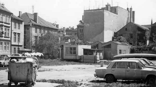 Prostranství bývalé zahrady domů v Kanovnické a Kněžské ulici. Květen 1989.