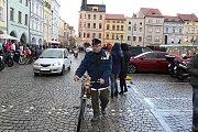 Sraz motorkářů na budějovickém náměstí Přemysla Otakara II. na Štědrý den v poledne přilákal i člena Podšumavanu, cyklistického spolku. Ten má sraz na Silvestra v 9.30 u Budvaru a pojede do Hluboké nad Vltavou.