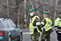 Policejní kontroly na hranicích jihočeských okresů posílili v úterý 2. března vojáci.
