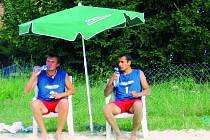 Nejlepší jihočeská dvojice na písku Jiří Suchý a Luděk Filip (zleva) nyní  nemá kde trénovat, kurty , stejně jako ty tenisové,  v Husinci  odnesla voda.