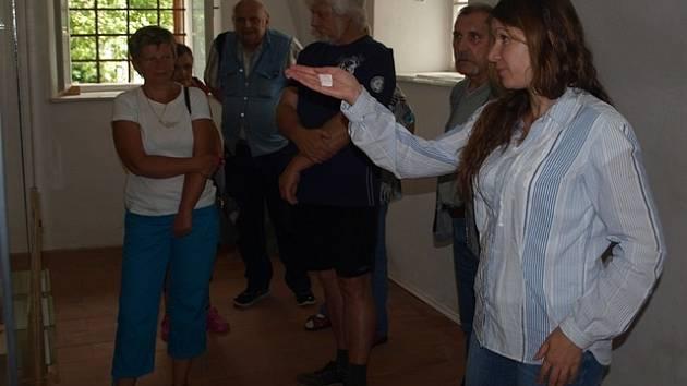Zajímavosti ze života Jana Žižky přiblížila v sobotu návštěvníkům trocnovského památníku známého vojevůdce Helena Stejskalováz Jihočeského muzea (vpravo).