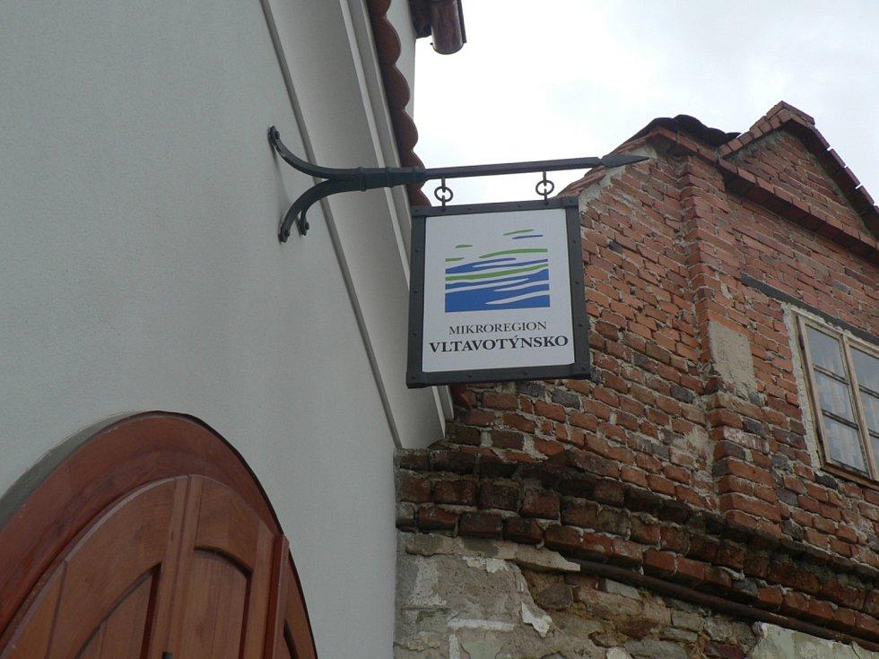 V Týně nad Vltavou zvou v závěru května 2021 na dvě výstavy. Za okny komunitního centra a v městské galerii.