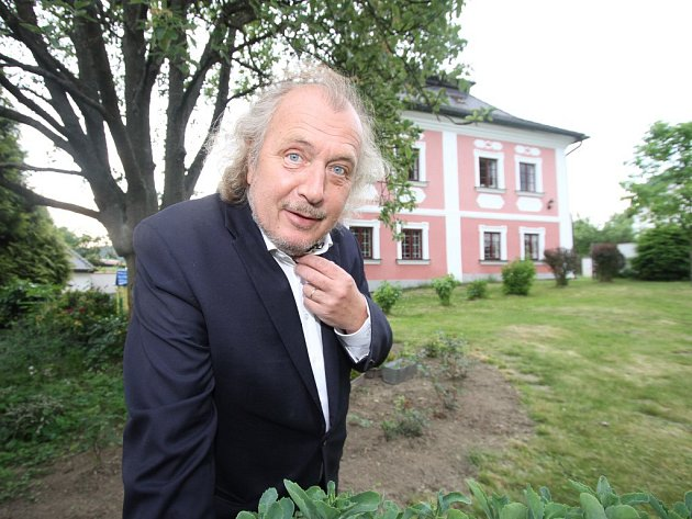 Kristian Kodet si srodinou koupil faru nedaleko Tábora. Zrekonstruovali ji tak, aby zachovali její původní ráz. Malíř sem jezdí malovat, ale také odpočívat.