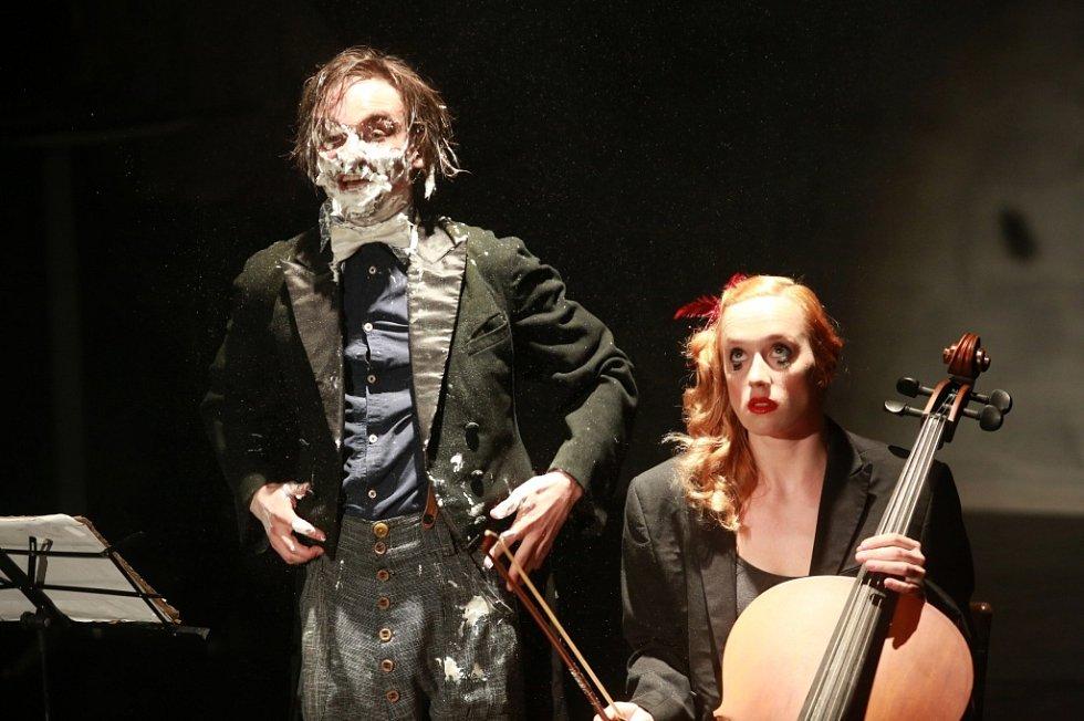 Anifilm 2014 v Třeboni. Na slavnostním zahájení v divadle vystoupili členové skupiny La Putyka.