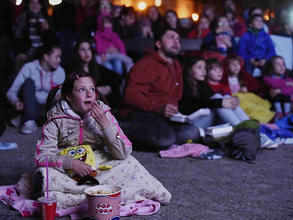 Festival Anifilm, který v Třeboni promítl 405 animovaných snímků z celého světa, ocenil nový film Charlieho Kaufmana s názvem Anomalisa. Na snímku večerní promítání na Masarykově náměstí.