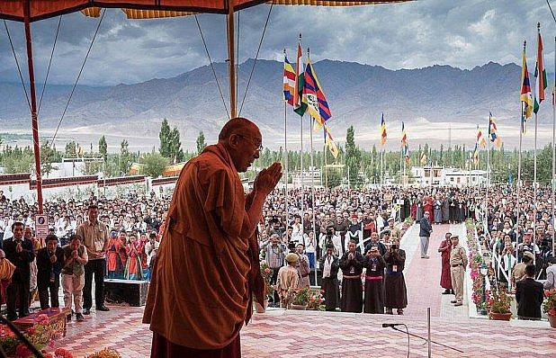 Dalajláma ve vesničce sirotků od sousedů.