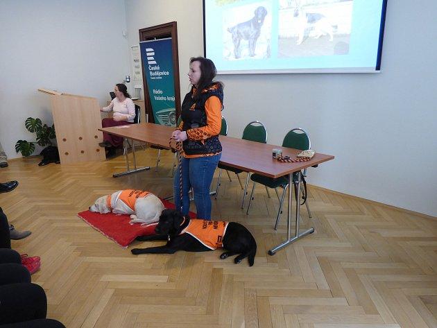 Nevidomá Blanka Stará přiblížila studentům problémy nevidomých a představila jim své vodicí psy.