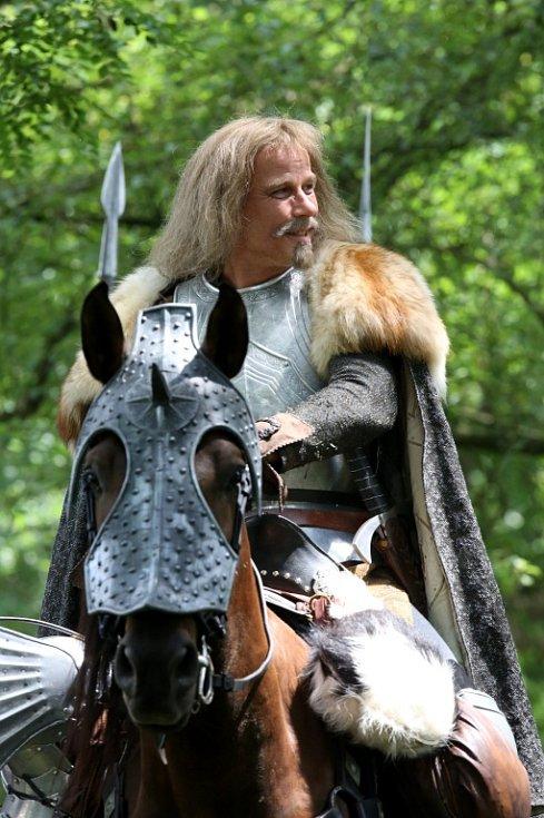 Česká televize natáčela v Kestřanech na Písecku pohádku Pravý rytíř, která se bude vysílat o Vánocích. Na snímku Lukáš Vaculík jako rytíř.