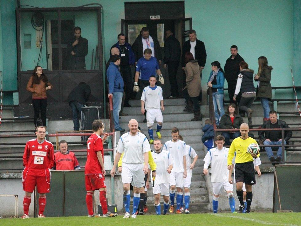 V jednom z podzimních šlágrů I.A třídy dokázal Olešník vyhrát v Týně 3:0, v bílém vede tým na hřiště Zbyněk Rys.