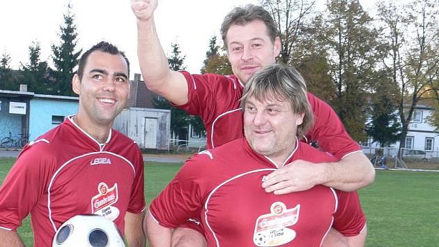 Jsem jednička, ukazuje po pravdě Stanislav Dubský st., kterého nese na zádech bratr Miroslav (vlevo trenér Nemanic  Aleš Benkovský). Nikdo nedal v okresním přeboru na podzim víc gólů než on.