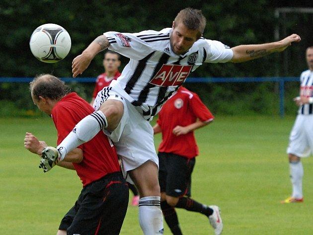 Michal Rakovan na Hluboké v zápase s Chrudimí bojuje s Petrem Vladykou.