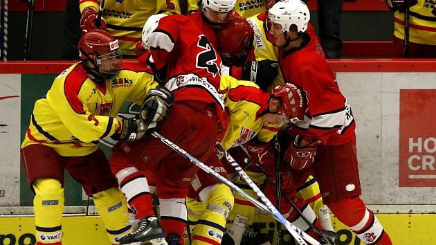 Junioři HC ČB (na ilustrační fotce ve žlutém) v přípravném utkání podlehli druholigovému J. Hradci 1:3, přesto byli trenéři spokojeni, mladíci v duelu s muži obstáli.