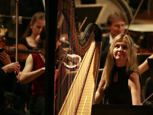 Jihočeská komorní filharmonie ukázala při skladbě Witolda Lutoslawského, jak rozšířit obzory publika. Na snímku harfenistka Kateřina Englichová.