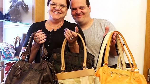 Alena Zimová a Václav Schmidtmayer darovali kabelky.