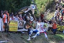 Vítěz třídy ČZ Jan Likler kouzlí na chýnovském kopci se svým motocyklem.