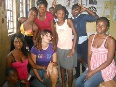Kateřina Homolková na snímku v dívčím klubu, který v Zambii vedla.