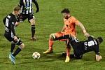 Patrik Čavoš dal v zápase Dynama ČB s Mladou Boleslaví (3:0) důležitý vedoucí gól (na snímku spolu s Tomášem Sivokem atakují hostujícího Tomáše Wágnera).