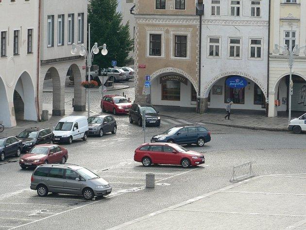 Zákazu vjezdu, který se před časem objevil poblíž katedrály v ulici U Černé věže, si řidiči zpočátku moc nevšímali. Projela kolem něj dokonce i autoškola.