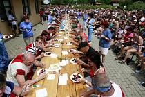 Hlavním hřebem borovanského borůvkobraní je soutěž v pojídání borůvkových knedlíků a koláčů.