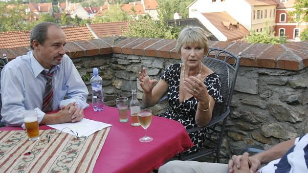 Protagonisté  hlavních rolí Eliška Balzerová a Viktor Preiss se radí spolu s režisérem na terase českokrumlovské restaurace před úvodní filmovou klapkou.