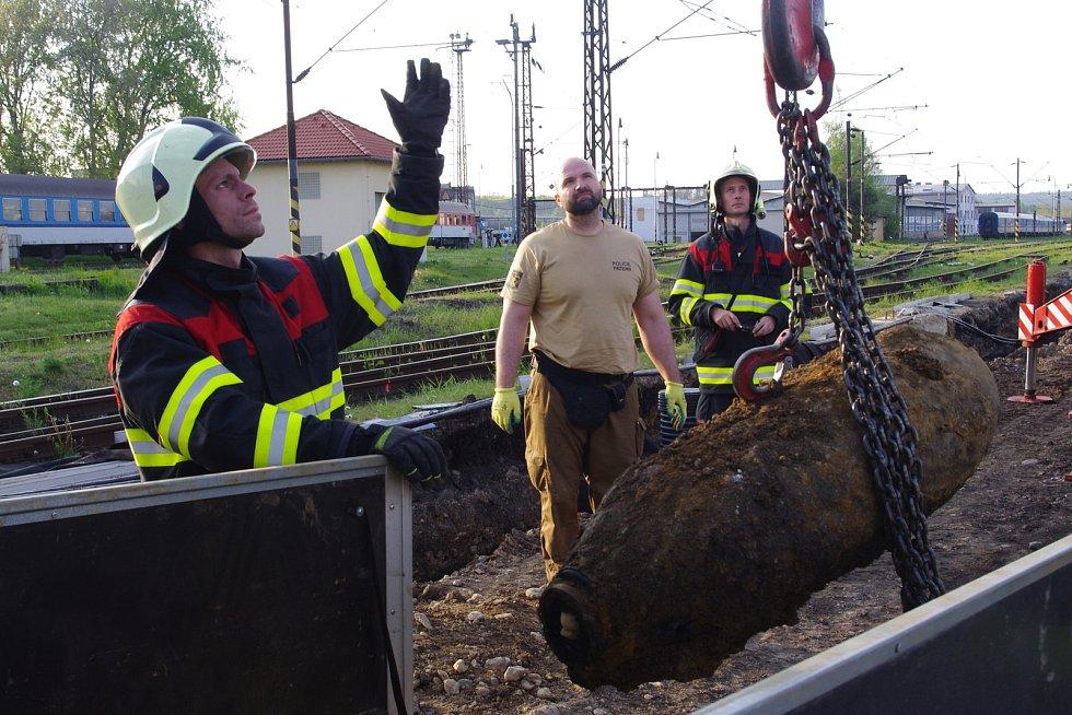 Českobudějovičtí pyrotechnici zneškodňovali nevybuchlou pumu na seřaďovacím nádraží v Plzni.