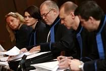 Advokáti obžalovaných v síni krajského soudu.