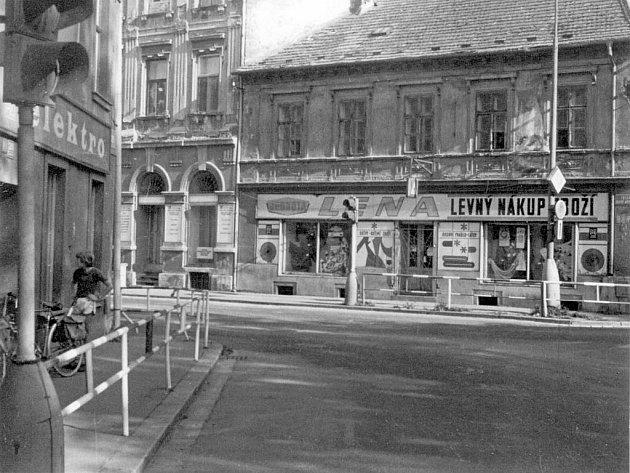 KDYSI: Křižovatka ulic Na Sadech a Rudolfovská v září roku 1986.