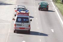 Například na Dlouhé louce v Českých Budějovicích nemá rychlá zdravotnická pomoc ve většině případů problém kudy projet. Komunikace je dost široká, ale když jsou i zde dlouhé kolony, tak mohou mít řidiči sanitek dost práce s rychlým průjezdem.