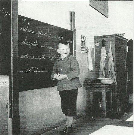 Kniha Zmizelé Pošumaví připomíná méně známý kraj, který žije ve stínu Šumavy. Na snímku vyučování na škole vNezdicích, foto neznámého autora, 1933, archiv obce Nezdice na Šumavě.