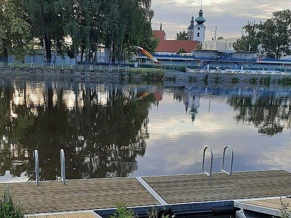 Koupací mola už leží na hladinách budějovických řek.