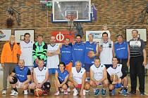 Ondrej Procházka (stojí nahoře pátý zleva) a Lukáš Kraus (osmý zleva) z týmu Legends se na konci minulého roku představili v exhibičním zápase v hale ZŠ Kubatova.